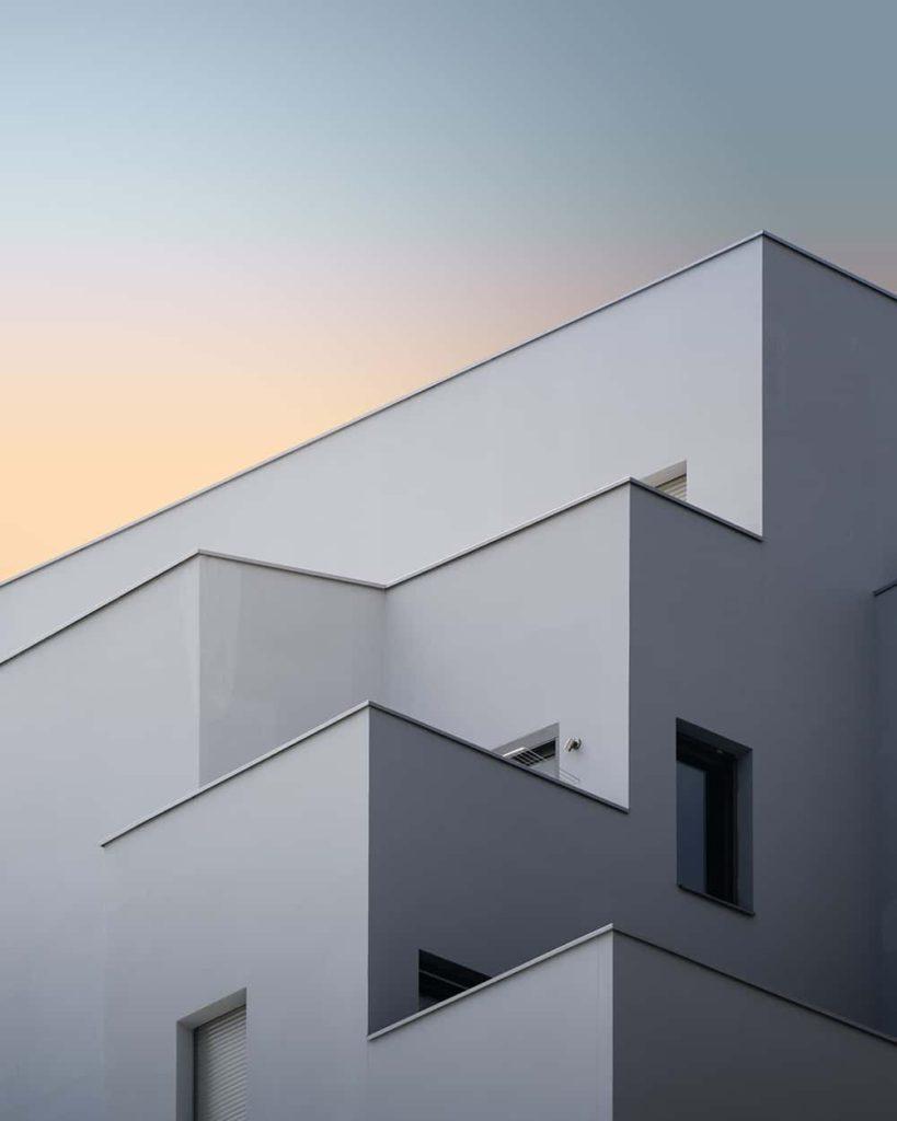 Batiment blanc cubique